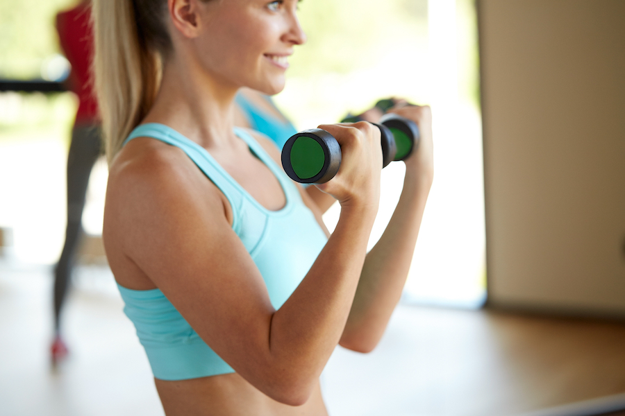 ejercicios con pesas nuestro top 4 para unos brazos perfectos