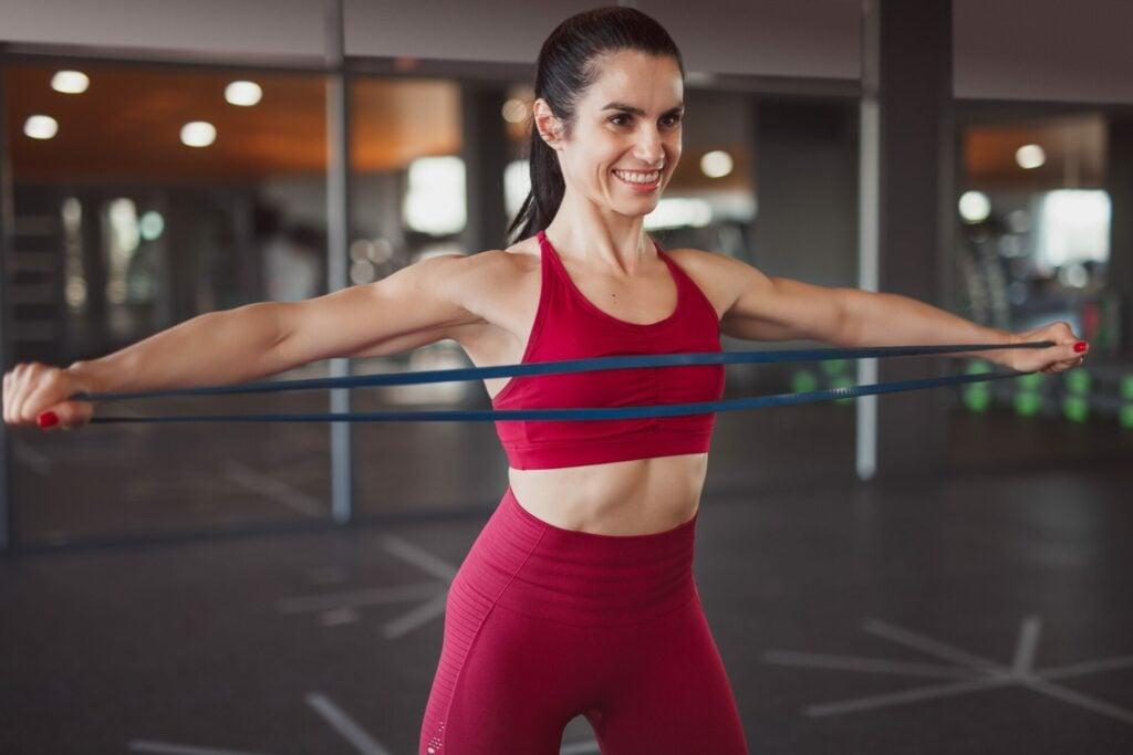 Os 8 melhores exercícios elásticos para braços sonhadores